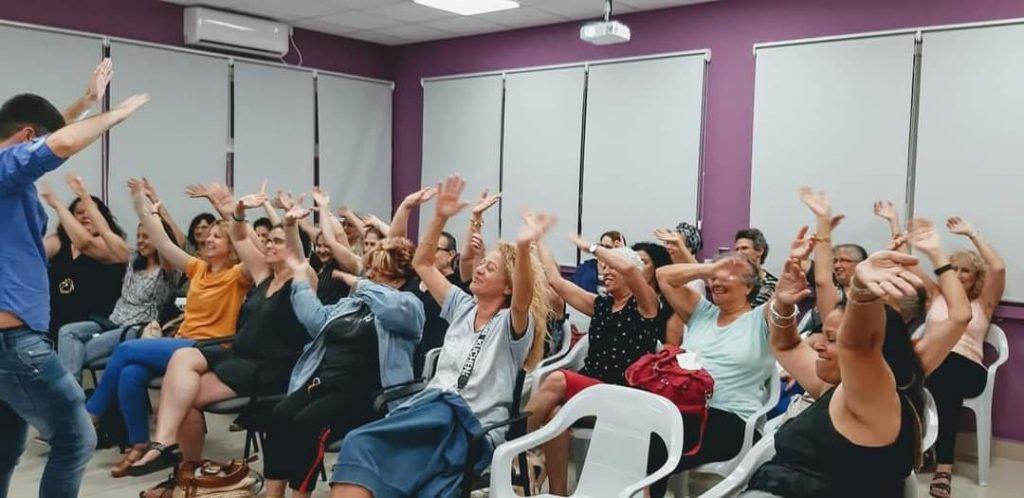 הרצאה אינטימית, קטנה, אנשים, נשים, ילדים, נערים, אנרגיות טובות, חיוביות, חיובי, אופטימי, התלהבות, בן סלע